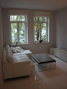 "The beautiful 3-room apartment is located in the popular district ""Döhren"". The tram station ""Fiederlerstraße"" is only a 5 minutes walk away. By car it takes you only 6 minutes to the Hannover trade fair."
