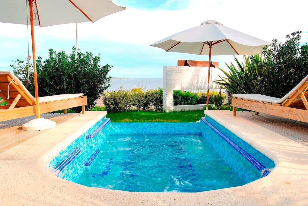 Outdoor heated jacuzzi for 8 persons, with sea view.
