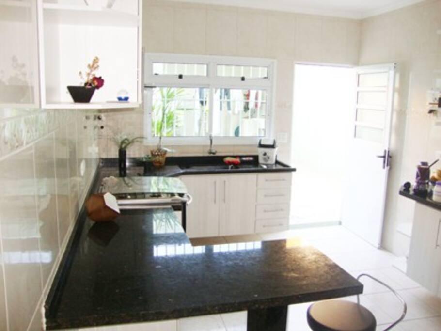 Cozinha Completa e Banheiro ao Lado entre a Sala de Jantar e Cozinha