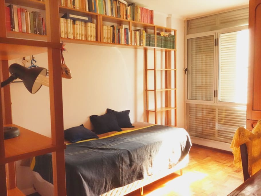 Bedroom with single bed and one single mattress