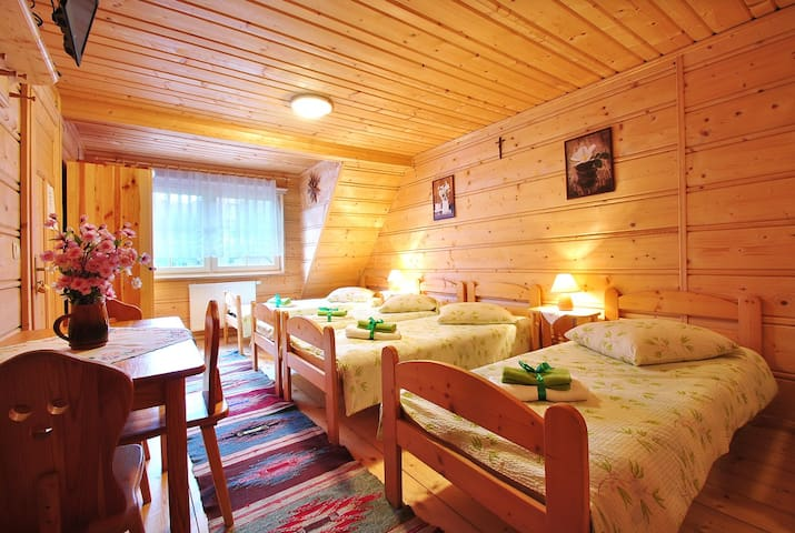 Pokoje w domku drewnianym.