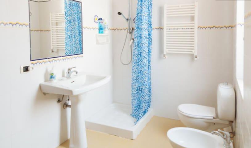 bagno luminoso con doccia