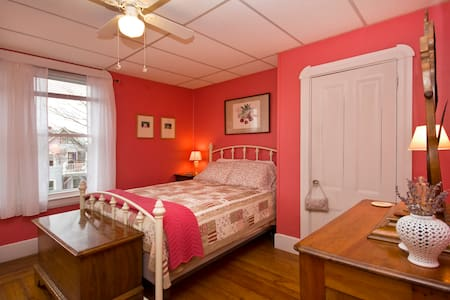 Beautiful coral room with a view - Winthrop