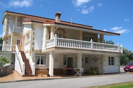 Casa con  jardin y barbacoa ,en isla playa - Arnuero