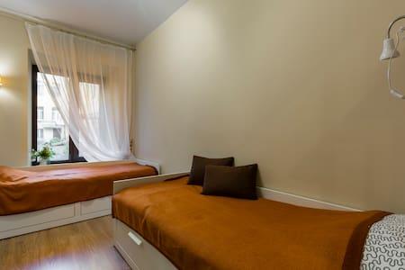 Комфортабельный 2-3 местный номер с двумя кроватями. Кровать у окна умеет раздвигаться, превращаясь в полноценную двуспальную кровать и создавая дополнительное спальное место. К Вашим услугам: * номер под ключ * шкаф для одежды * плоский телевизор * письменный стол * зеркало в полный рост * широкий подоконник вместо тумбочки * 2 полотенца (для лица и для душа) и тапочки каждому гостю на время пребывания.