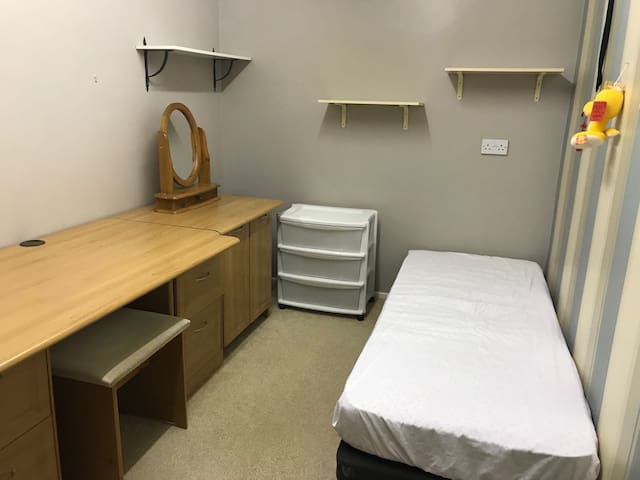 Cheap & clean single room £22/d