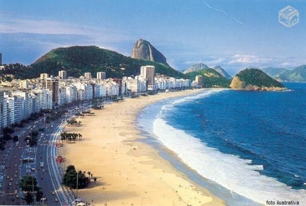 foto ilustrativa da praia de copacabana! o apartamento tem saída para praia no posto 4, a melhor região da orla!