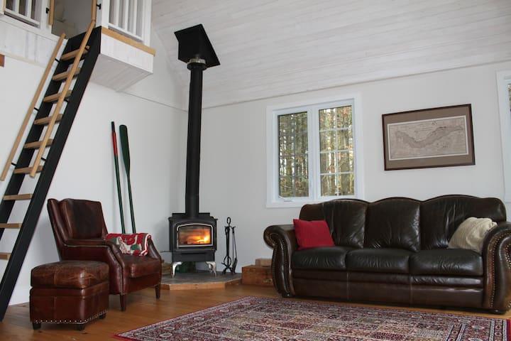 Relaxer près du poêle à bois au chaud!