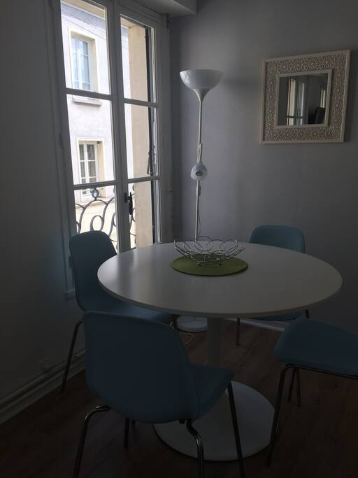 Coin repas pour 4 couverts Dining table for 4