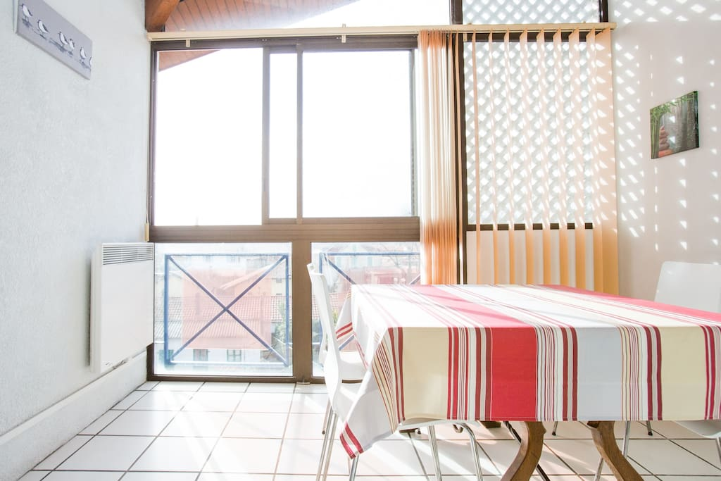 Terrasse couverte, avec grande baie vitrée