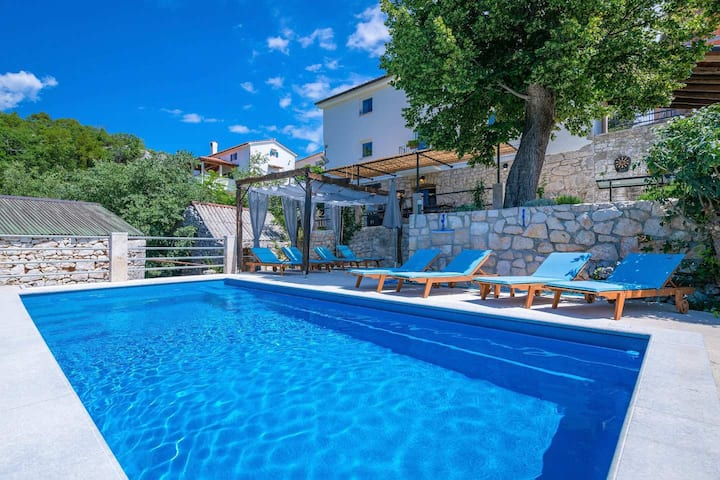 Wonderful Villa Eugenia with pool near the sea