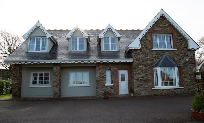 Large 5 bedroom house walking distance to kinsale