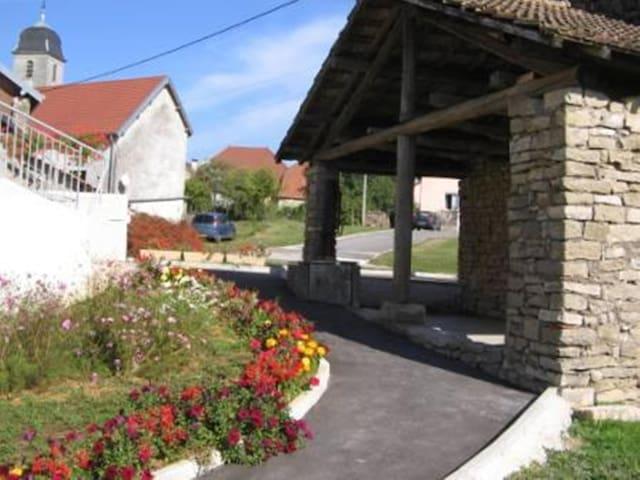 gîte dans 1 ancienne ferme rénovée - Saint-Hilaire - Casa