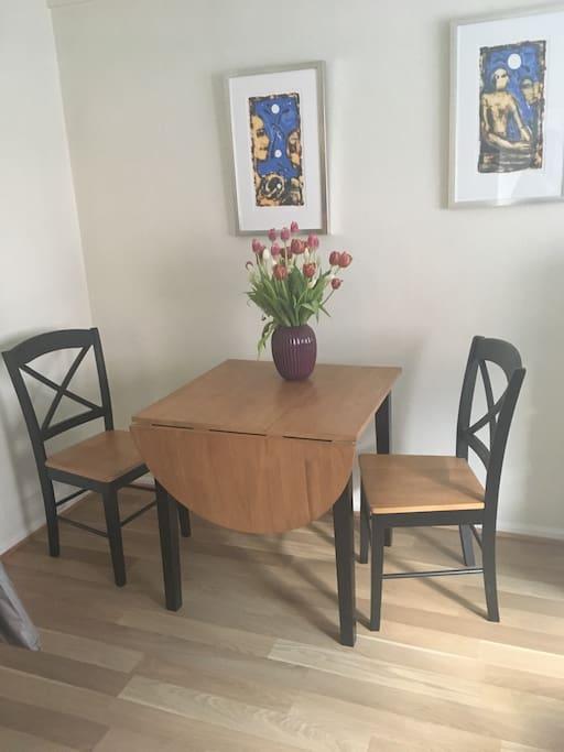 Bord i stue med plass til to-tre personer