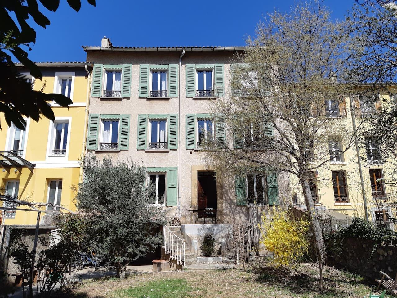 La maison, sous le soleil provençal