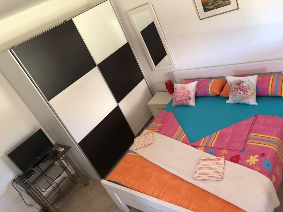 Big closet, tv lcd and new queen bed (160x200cm)