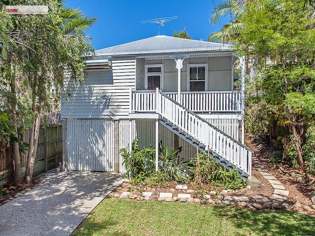 Nice room and bathroom in a fully renovated home - Kelvin Grove - House