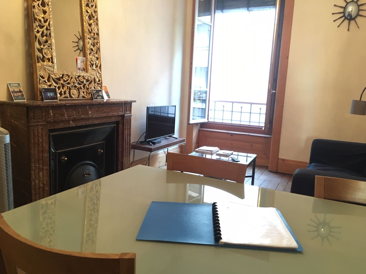 Côté salon : Coin TV / Canapé / Documentations de l'office du tourisme / Plans de Lyon et des transports / Ventilateur à disposition