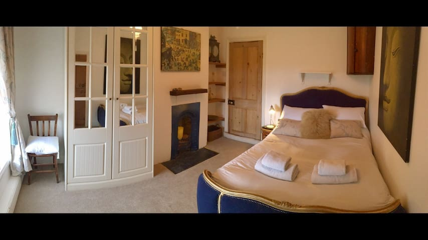 En suite room in Old English farmhouse, free sauna