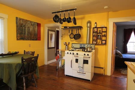 eclectic apt close to downtown