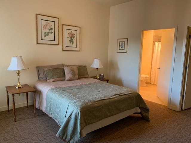 Downtown Master Suite 14 Min from PDX with Parking