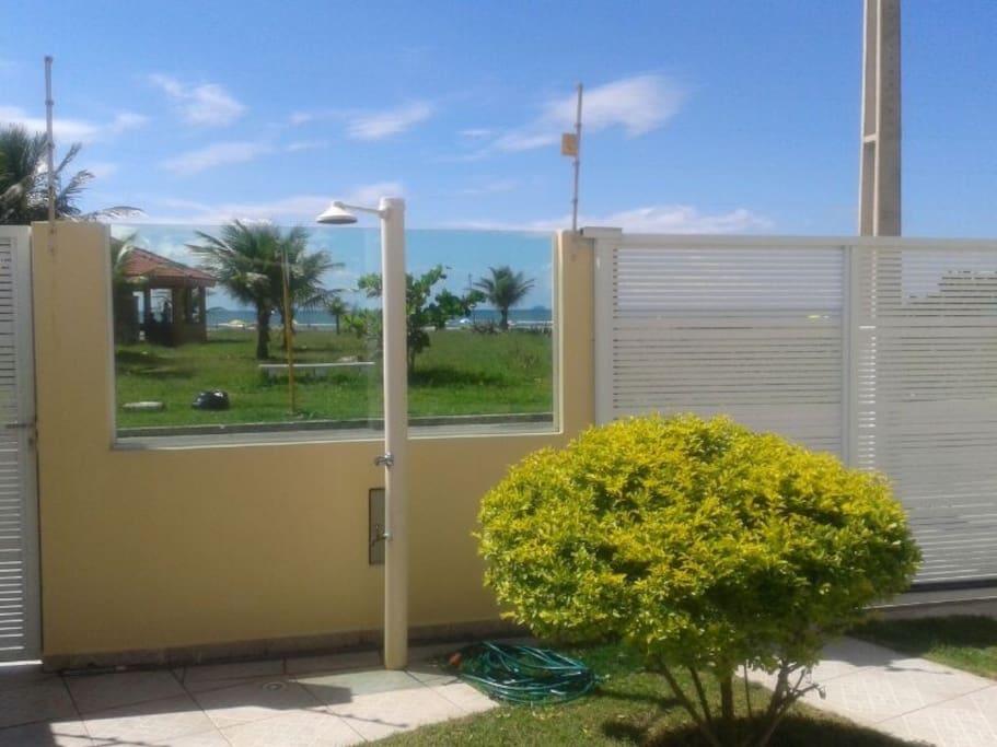 Muro da frente da casa ( portão eletrônico).  Veja que frente a casa possui um quiopsque e o mar .