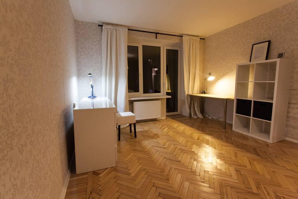 За счет светлой отделки в комнате очень светло даже в серые Петербургские дни