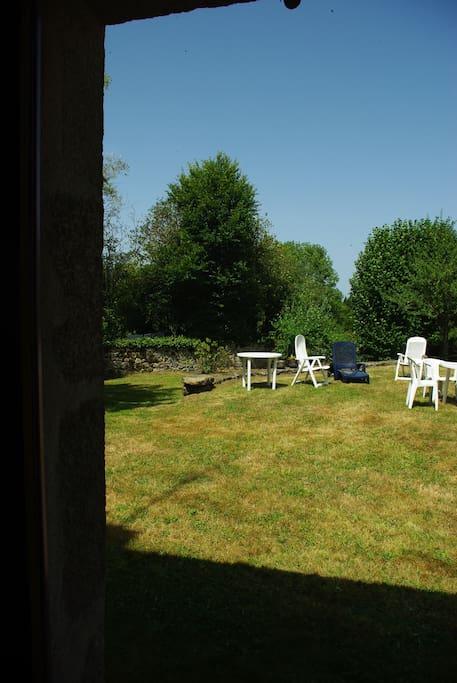 Salon de jardin pour se détendre et prendre les repas au calme.