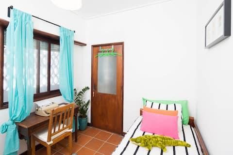 THE ZIG ZAG ROOM + en suite for one in Aveiro
