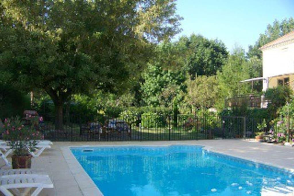piscine chauffée (juin, sept selon météo) et jardin au fond.