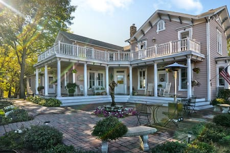 Historic Bed and Breakfast - The Bird House Inn