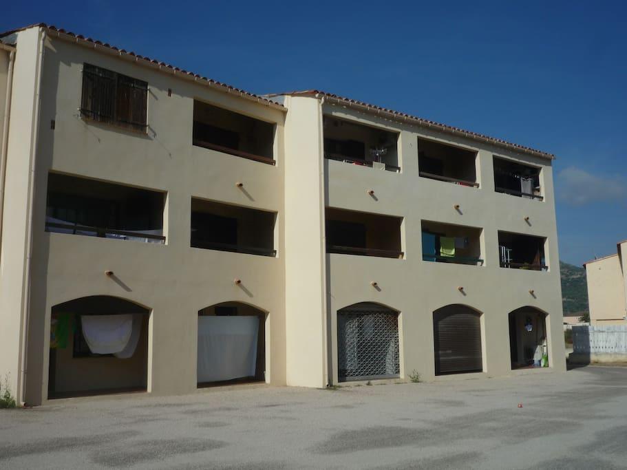 arrière de la résidence, parking et jardin fermé. appt en bas à gauche