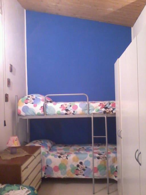 camera bambini con tre letti