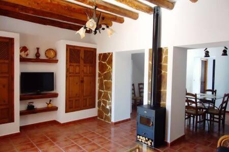Cortijo andaluz en plena naturaleza - Casa