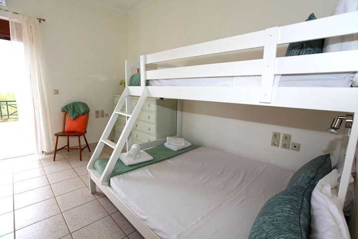 Children's/youth bedroom with two bunk beds, where one is 1.40 meters wide