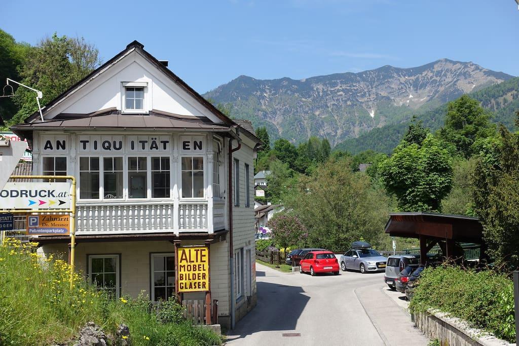Die Wohnung befindet sich im ersten Stock eines ansonsten unbewohnten Hauses, das im Erdgeschoss als Antiquitätengeschäft genutzt wird.