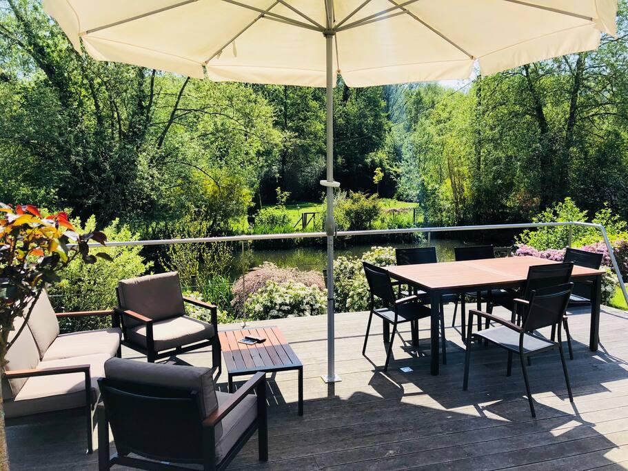 Petit déjeuner en terrasse (quand le climat normand le permet)