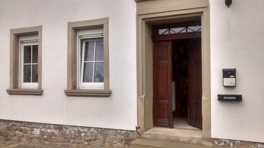 Heimelige Wohnung im alten Bauernhaus - Jeckenbach - Apartment