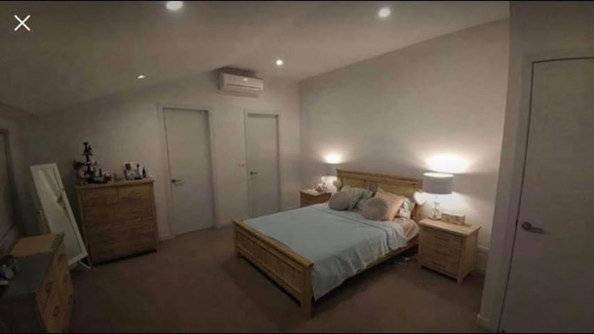LARGE room w/en-suite & spa bath & 2 other rooms.