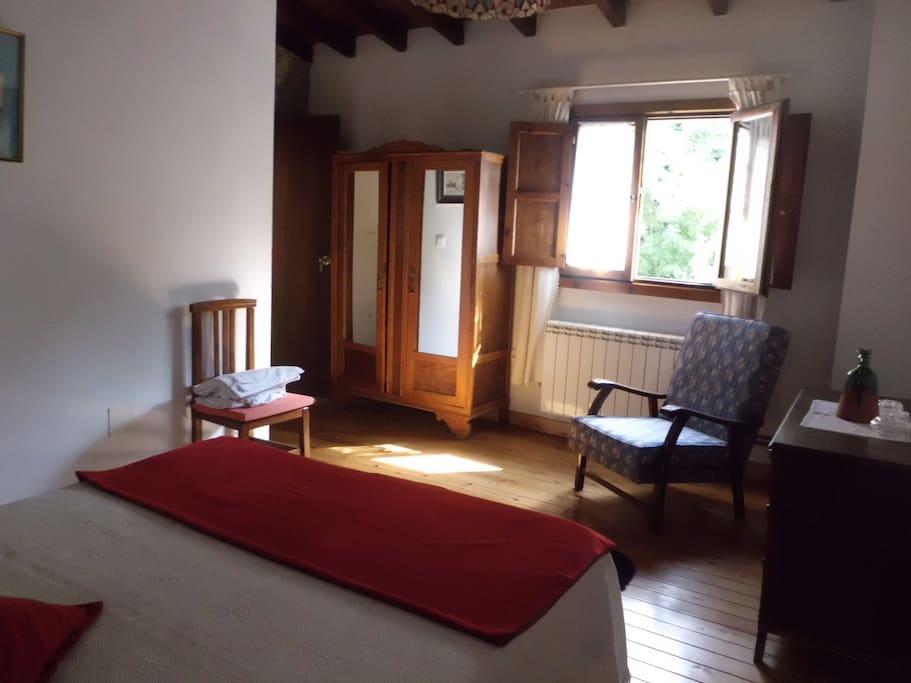 habitacion principal con baño en suite