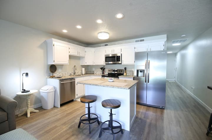 Beautifully Remodeled Cozy Condo - Fountain Views