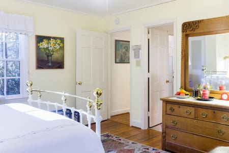 Gracious Greenwood Bedrooms Suite - Chapel Hill - House