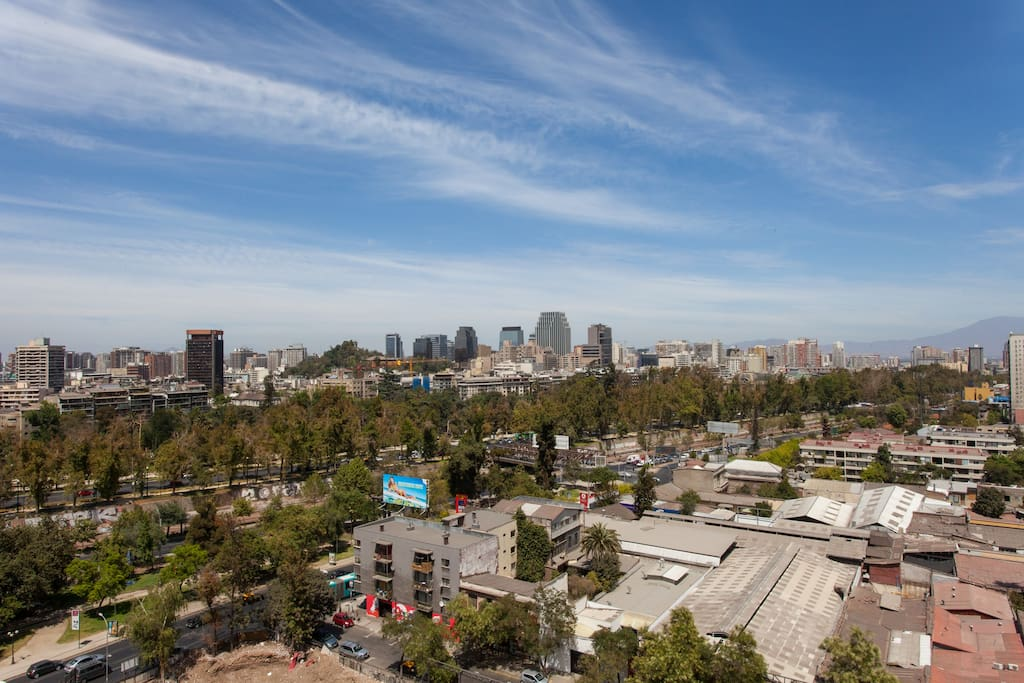 El edificio está  en un barrio céntrico  cerca de atracciones turísticas  como Parque Forestal, Cerro San Cristóbal , Barrio Lastarria, el museo de Bellas Artes y metro tren de Santiago