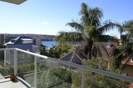 Cosmopolitan Kirribilli;-) - Bed & Breakfast