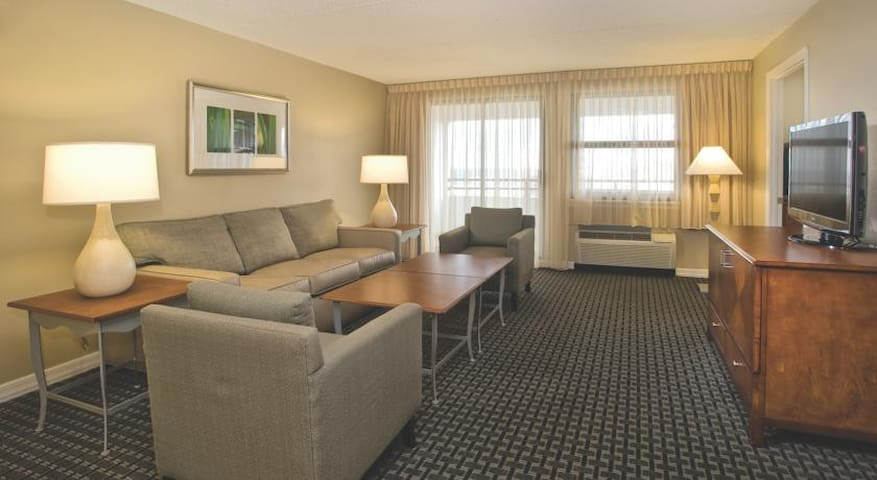 * A Block From The HARD ROCK - 2 Bdrm