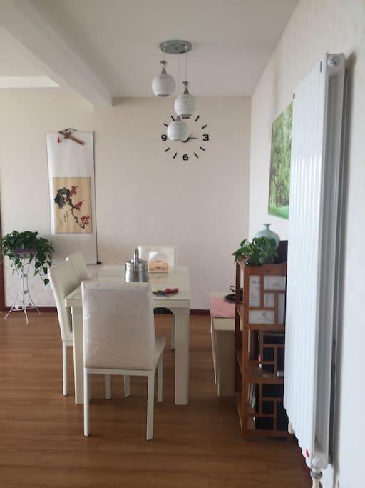 客厅和餐厅连接,超大餐桌,尽享海鲜美味。
