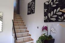 Côté entrée avec escalier pour accéder à la partie séjour.