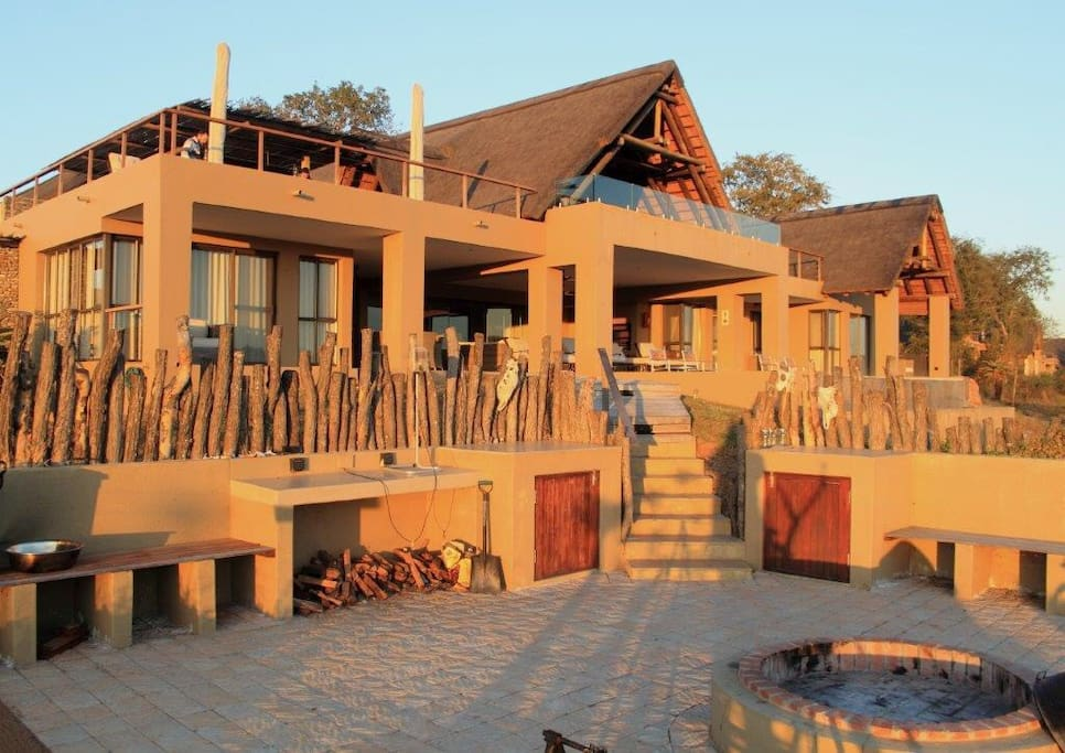 Lion Rock River Lodge has huge upper and lower decks ideal for relaxed wildlife viewing from the lodge itself.