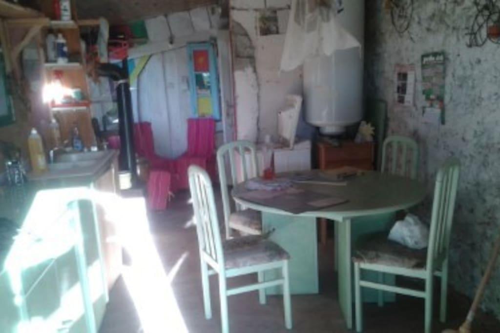 juste à coté de la yourte, j'ai aménagé un coin cuisine et sanitaire dans un garage. Ici la cuisine, eau chaude, lave linge, placard...