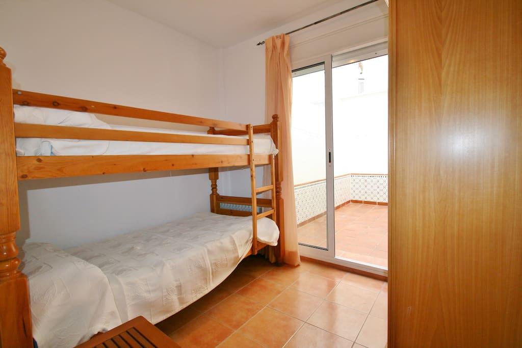 Habitación con dos camas-literas orientadas al patio interior de la casa.